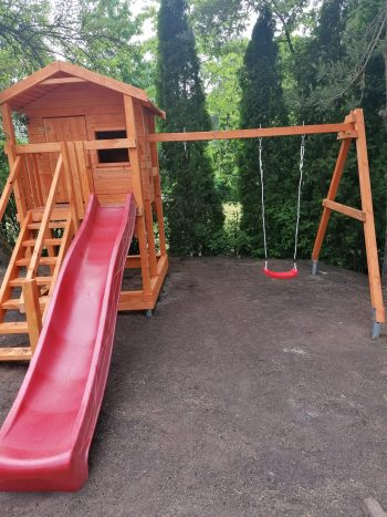 Lengvai pastatomos vaikų žaidimų aikštelės, kurią sudaro supynės, čiuožykla, smėlio dėžė, žaidimų nameliai ir medinės karstynės.